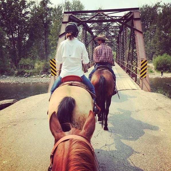 friends-horse-riding