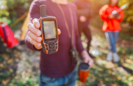 best-satellite-phone-horse-riders-woods