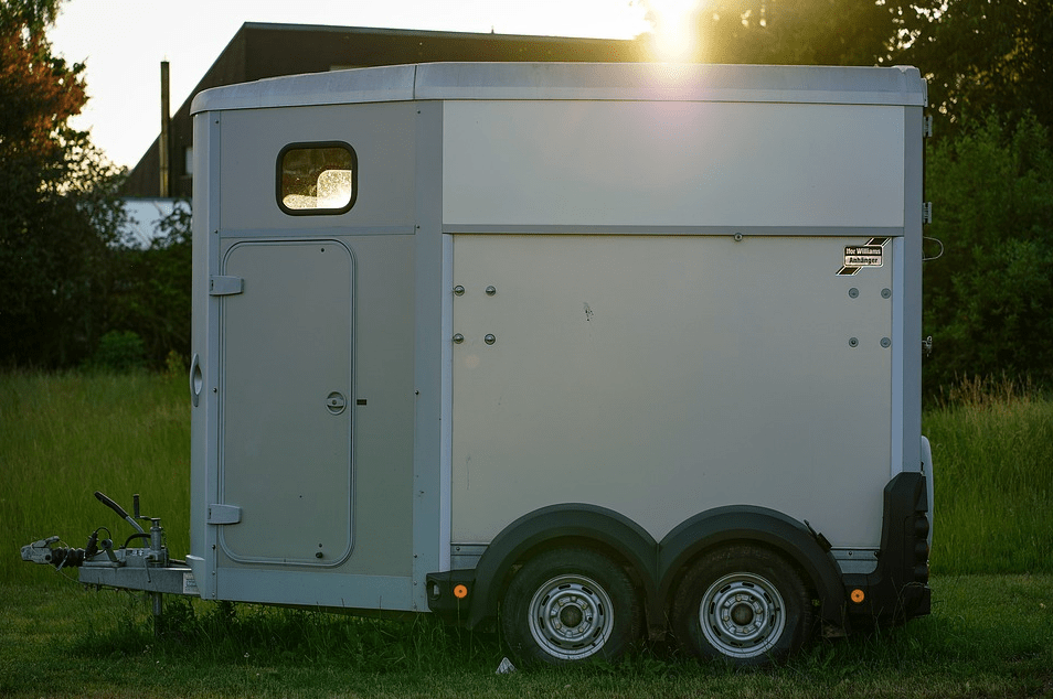 horse trailer tying safety